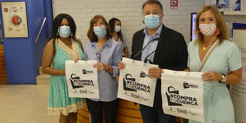 La Asociación del Comercio de Cuenca distribuye bolsas que incitan a comprar en sus establecimientos