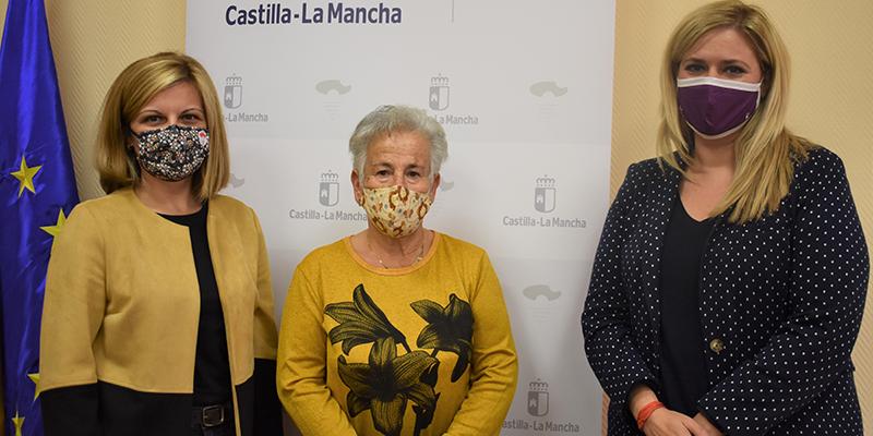 Martínez agradece a las mujeres del municipio de Sotos su implicación y entrega en la elaboración de material sanitario