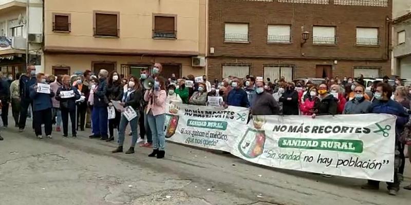 Más de 350 personas se concentran en Ledaña en defensa de sus servicios médicos