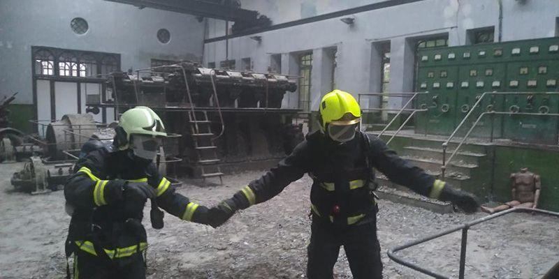 Bomberos se forman en orientación, movilidad y rescate de víctimas en condiciones de baja o nula visibilidad