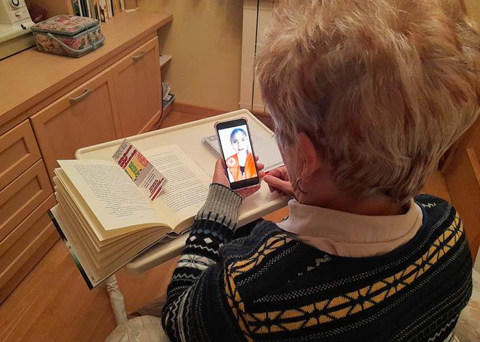 Cruz Roja Cuenca organiza talleres de lectura por whatsApp que favorecen las relaciones personales entre mayores