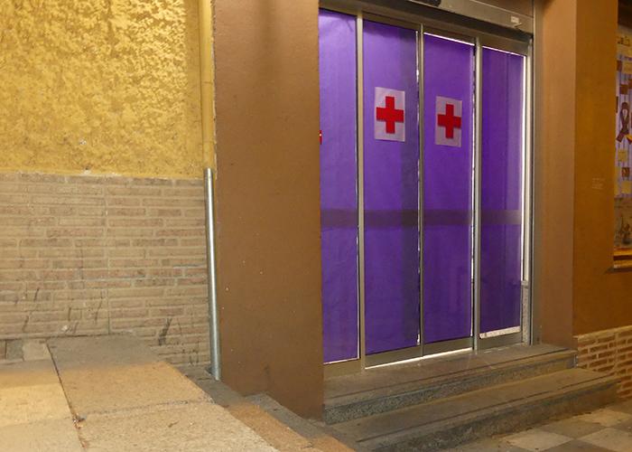 """Cruz Roja Cuenca """"viste"""" de violeta la entrada de su sede con motivo del 25N"""