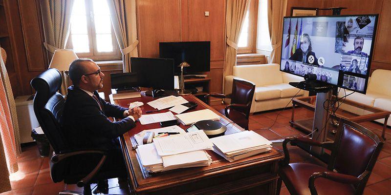El presidente del Parlamento autonómico reclama en el Día Universal de la Infancia la firma del Pacto Estatal