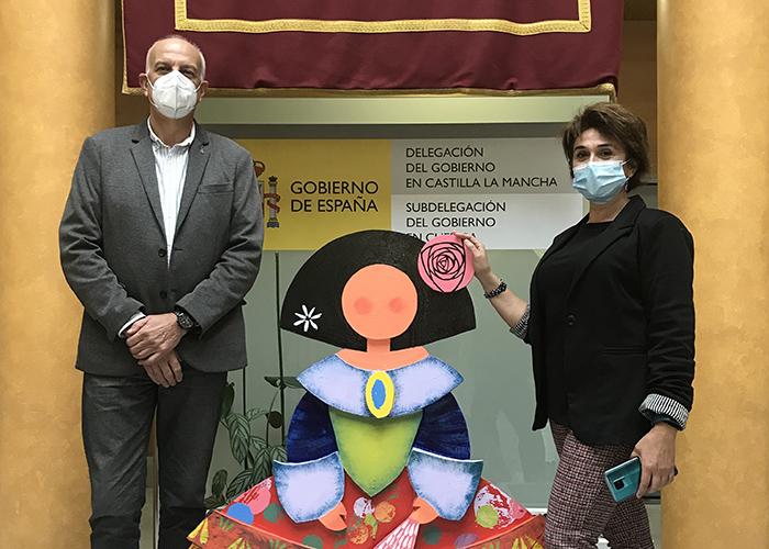 El subdelegado del Gobierno de Cuenca recibe la 'Menina' realizada por los alumnos de la Escuela de Arte Cruz Novillo