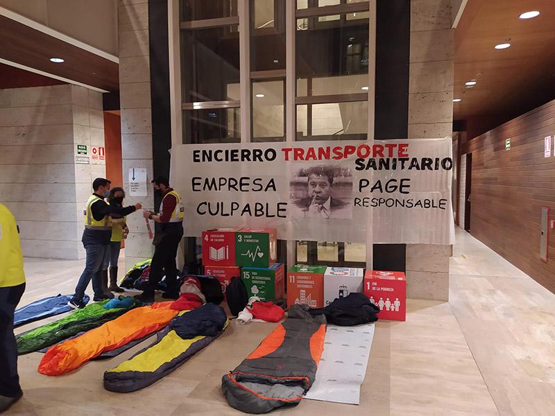 Delegados sindicales del Transporte Sanitario de la UTE Ambulancias Cuenca se encierran con sacos de dormir en la consejería de Sanidad