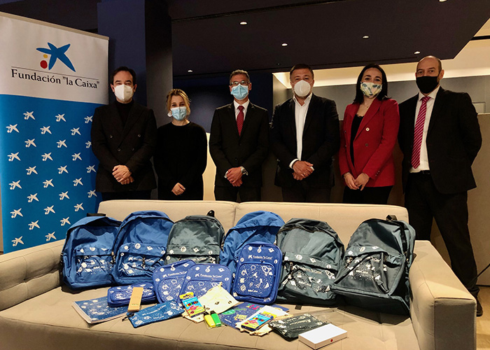 El Ayuntamiento de Cuenca recibe de la Fundación 'la Caixa' 175 kits escolares para alumnos vulnerables