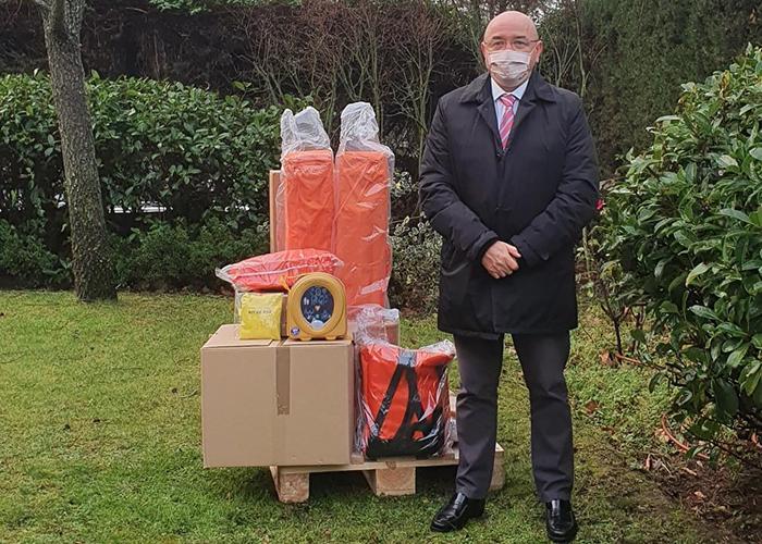 El Gobierno regional entrega a 25 agrupaciones de Protección Civil una dotación de material para emergencias, que incluye un desfibrilador