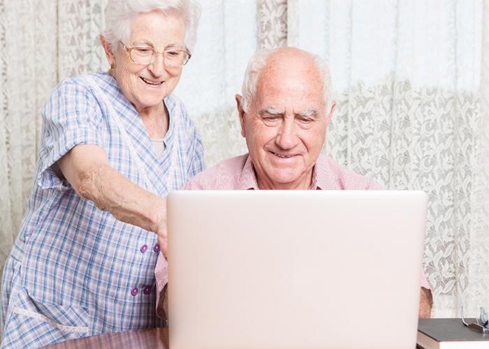 La Junta facilita la reducción de la brecha digital en las personas mayores de 55 años