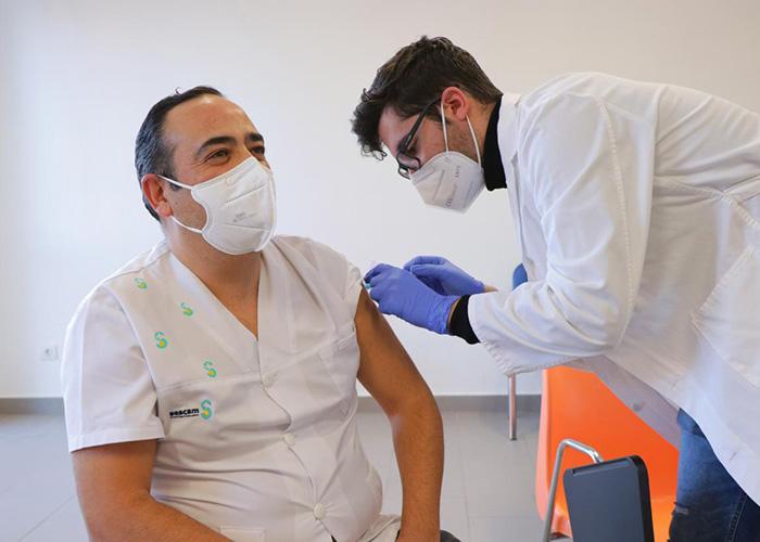 Castilla-La Mancha inicia la vacunación del personal del sistema sanitario regional frente al SARS-Cov2