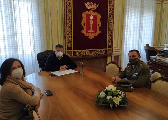 El alcalde da la bienvenida al nuevo subdelegado de Defensa en Cuenca, el coronel Fernando Antón Bernalte