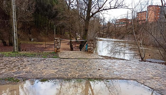 El Ayuntamiento de Cuenca cierra los accesos al paseo fluvial y pide a la ciudadanía que evite transitar por parques, jardines y zonas arboladas