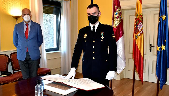 El subdelegado del Gobierno en Cuenca preside la jura del cargo de un nuevo oficial de la Comisaría Provincial de Policía Nacional