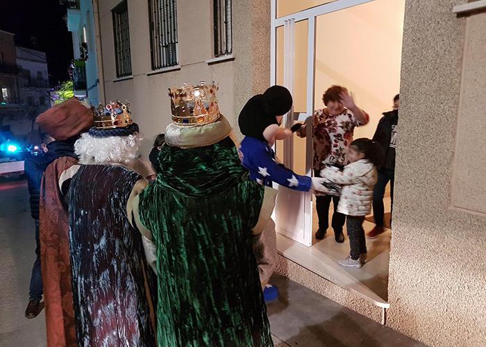 Los Reyes Magos repartieron los regalos a los niños de Huete casa por casa