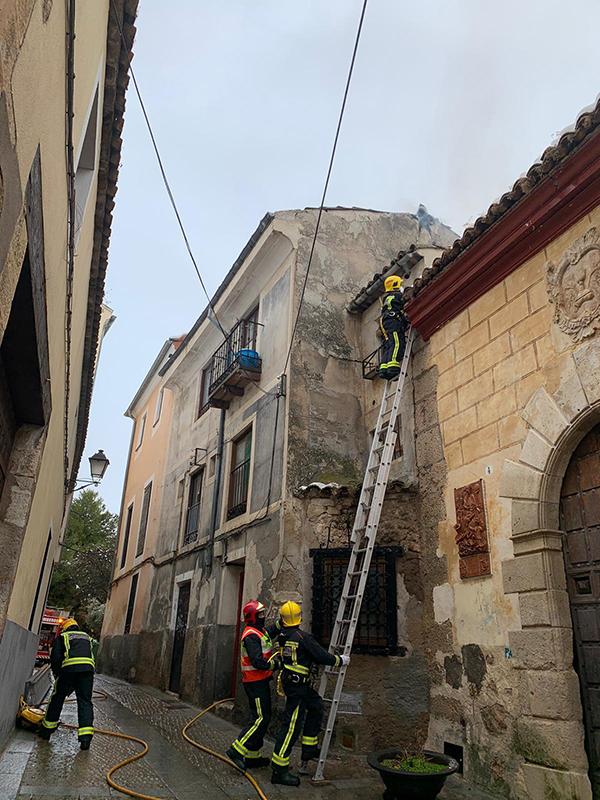 Un incendio hunde la cubierta de un edificio de la calle Pósito, junto al Almudí
