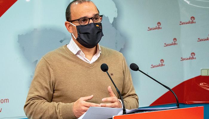 Bellido participa en una conferencia de prensa con estudiantes de Periodismo