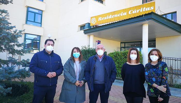 Domenech mantiene un encuentro con el nuevo director de Cáritas en la residencia de Huete