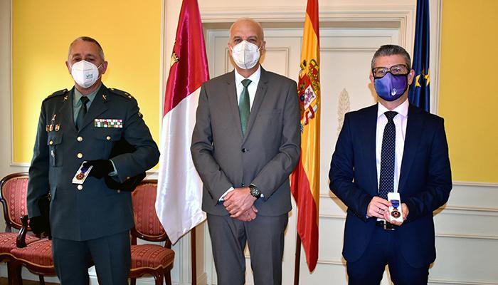 El alcalde de Motilla del Palancar, Pedro Tendero, y el capitán de la Guardia Civil, Carlos Martínez, reciben la Medalla al Mérito de la Protección Civil