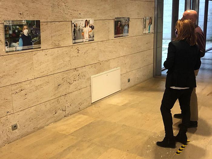 Una muestra de fotografías organizada por la Consejería de Sanidad rinde homenaje al papel desempeñado por las mujeres durante el año de pandemia