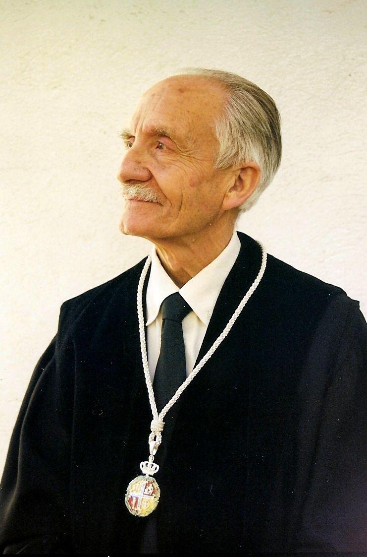 abuelito abogado con medallón   Liberal de Castilla