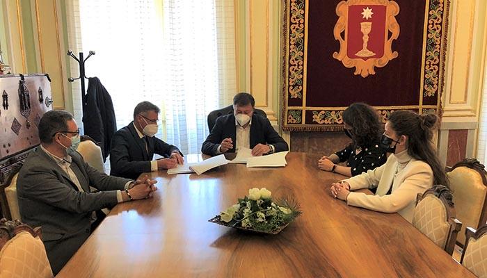 El Ayuntamiento de Cuenca y CaixaBank firman el contrato por el que ésta se convierte en entidad financiera colaboradora principal en la gestión tributaria