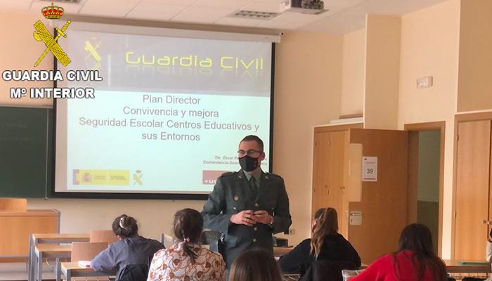 La Guardia Civil da a conocer el Plan Director a alumnos universitarios de la Facultad de Educación de Cuenca
