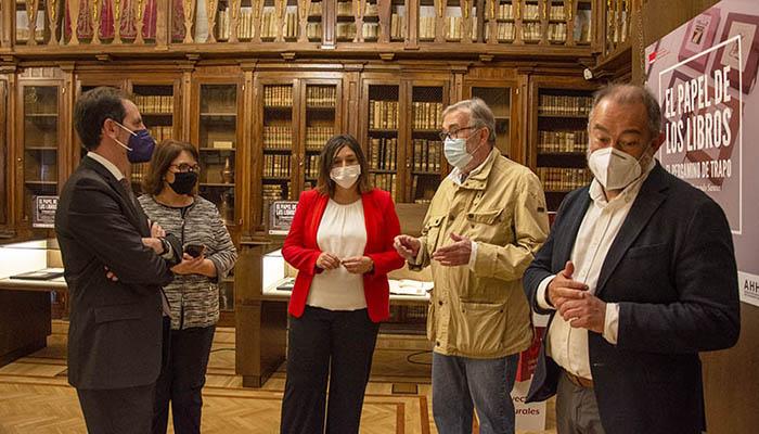 La UCLM inaugura en la Biblioteca regional la exposición 'El papel en los libros. El pergamino de trapo'
