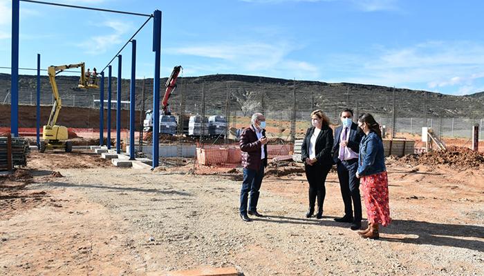"""Martínez Chana visita las obras del parque de Cañete y se muestra satisfecho del """"estado avanzado que llevan"""""""