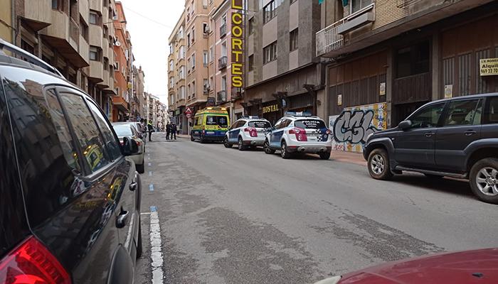 Un hombre de 46 años sufre un brote psicótico en la calle Ramón y Cajal de Cuenca y obliga a cortar la calle 45 minutos al arrojar objetos desde el balcón
