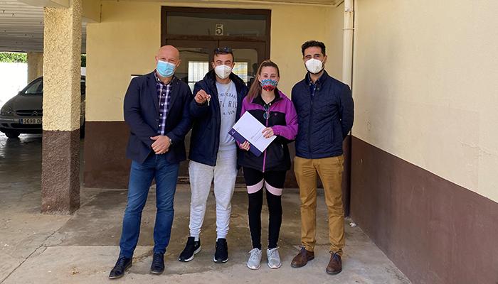 El Gobierno regional entrega una vivienda de protección oficial en régimen de alquiler en la localidad de Minglanilla