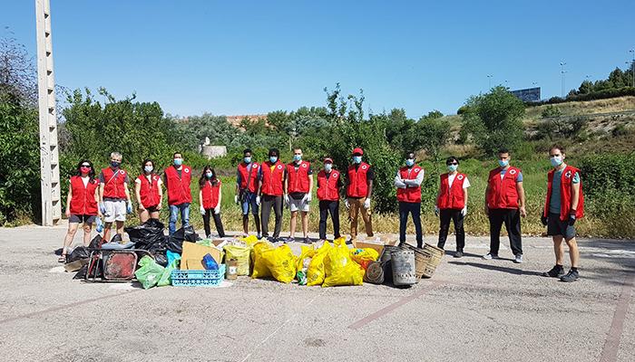 Cruz Roja Cuenca se moviliza contra la basuraleza y limpia la zona baja de la Fuente del Oro