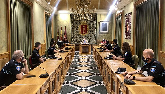 Dolz da la bienvenida a los seis futuros Policías Locales que hoy comienzan sus prácticas en Cuenca