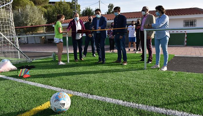 La Diputación de Cuenca y el Ayuntamiento de Valera de Abajo invierten 200.000 euros en poner el césped artificial en el campo de fútbol